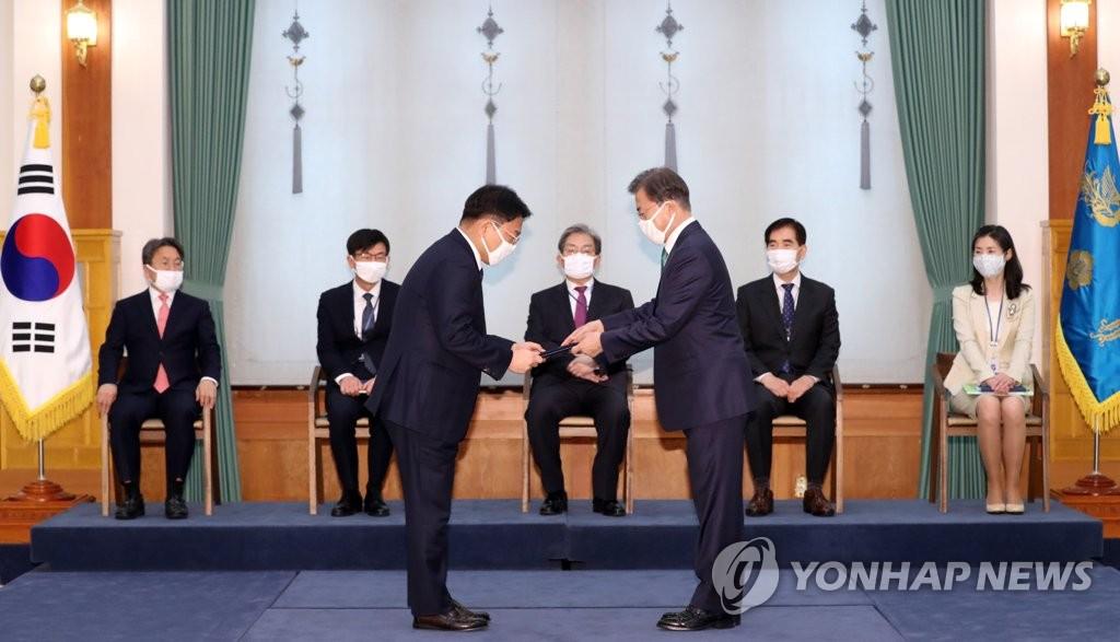 위촉장 받는 윤성로 4차산업혁명 위원장