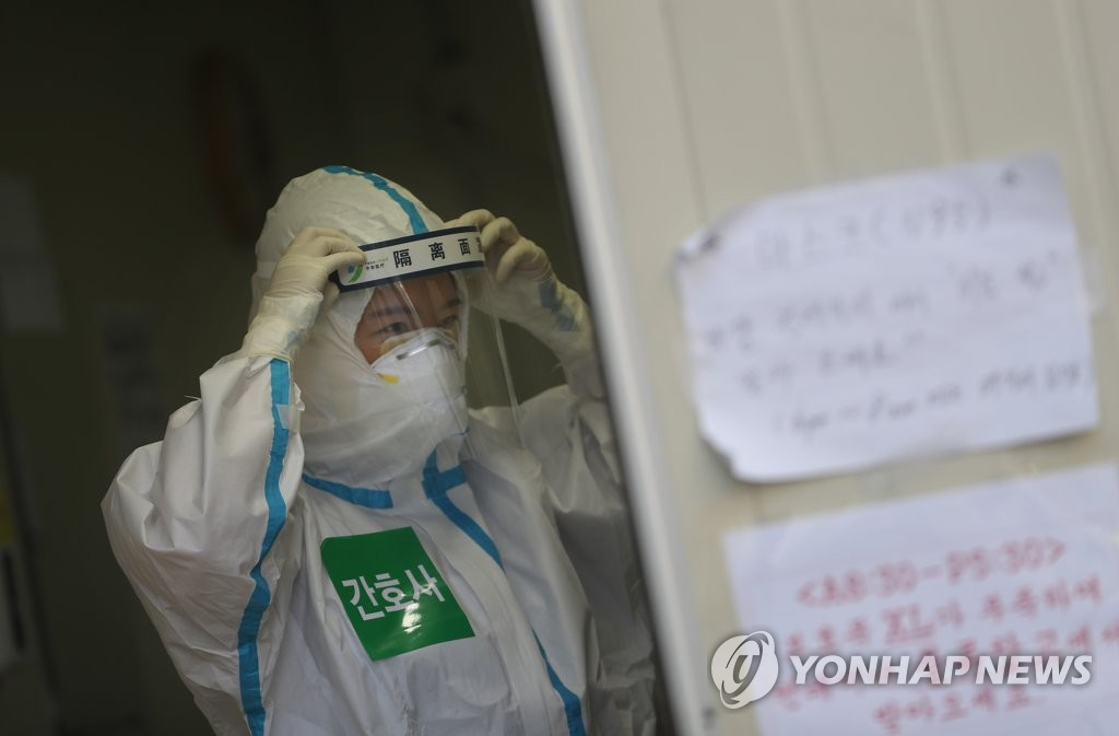A nurse with protective gear makes preparations at Dongsan Hospital in the virus-hit city of Daegu on April 6, 2020. (Yonhap)
