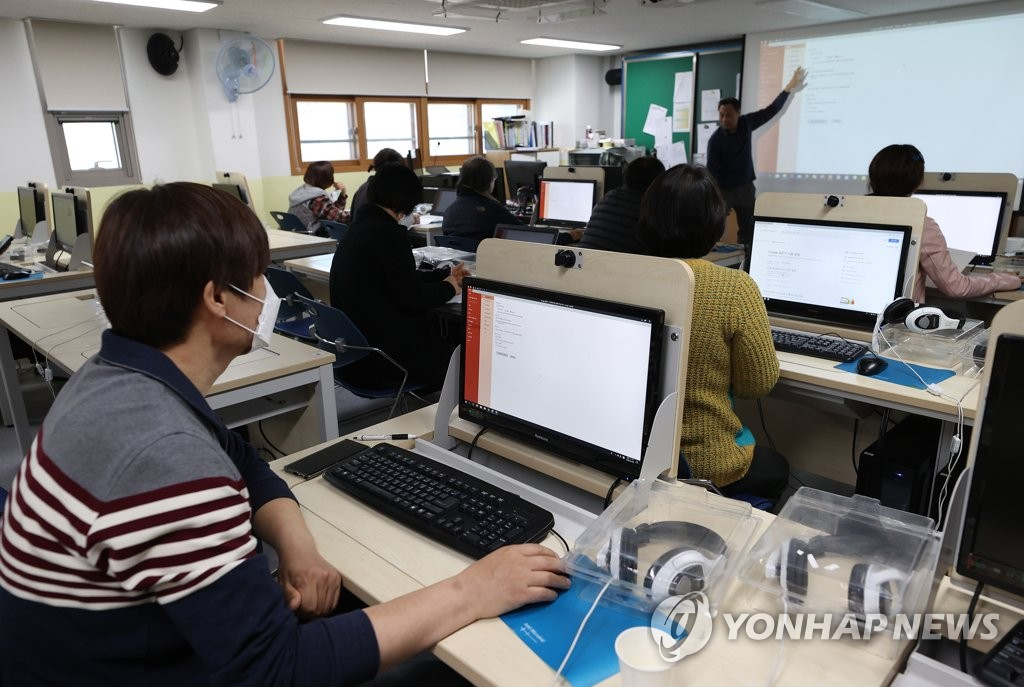 Teachers take a class on remote learning at a middle school in central Seoul on April 8, 2020. (Yonhap)