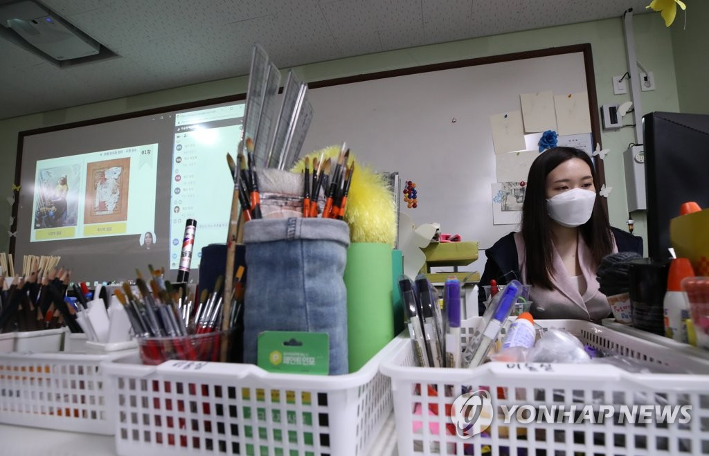 An art teacher at Doseon High School in the eastern Seoul ward of Seongdong run an online class on April 9, 2020. (Yonhap)