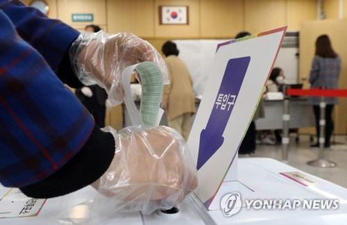 Unfazed by virus scare, S. Koreans hit polls as early voting begins