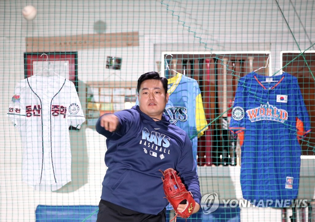 Choi Ji-man of the Tampa Bay Rays plays catch at a private baseball academy run by his brother in Incheon, 40 kilometers west of Seoul, on April 13, 2020. (Yonhap)