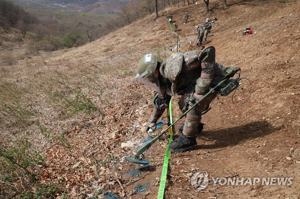 This undated photo, provided by the defense ministry on April 24, 2020, shows soldiers detecting mines at Hwasalmeori (arrowhead) Hill in the South Korean border town of Cheorwon next to the Demilitarized Zone bisecting the two Koreas, prior to the start of the excavation of the remains of soldiers killed in action there during the 1950-53 Korean War. This year's excavation work kicked off on April 20. (PHOTO NOT FOR SALE) (Yonhap)