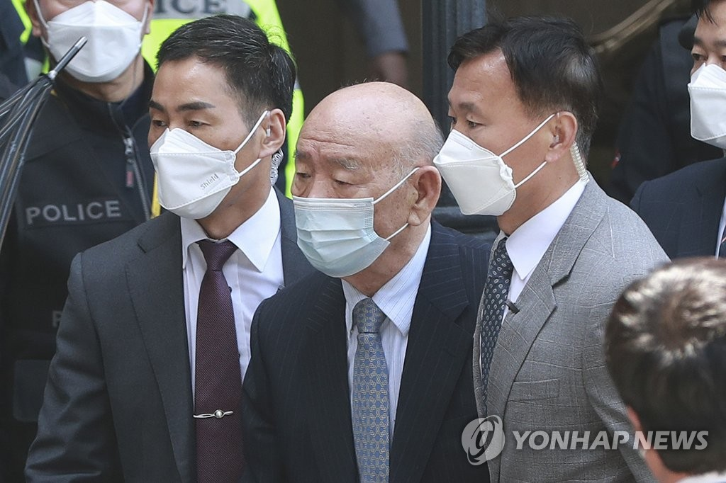 Former President Chun Doo-hwan (C) appears at a courthouse in the country's southwestern city of Gwangju on April 27, 2020, amid an ongoing libel trial surrounding his controversial memoir published back in 2017. (Yonhap)