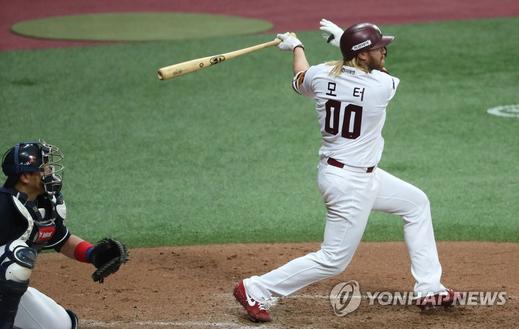 In this file photo from April 29, 2020, Taylor Motter of the Kiwoom Heroes hits a double against the Doosan Bears in the bottom of the fifth inning of a Korea Baseball Organization exhibition game at Gocheok Sky Dome in Seoul. (Yonhap)
