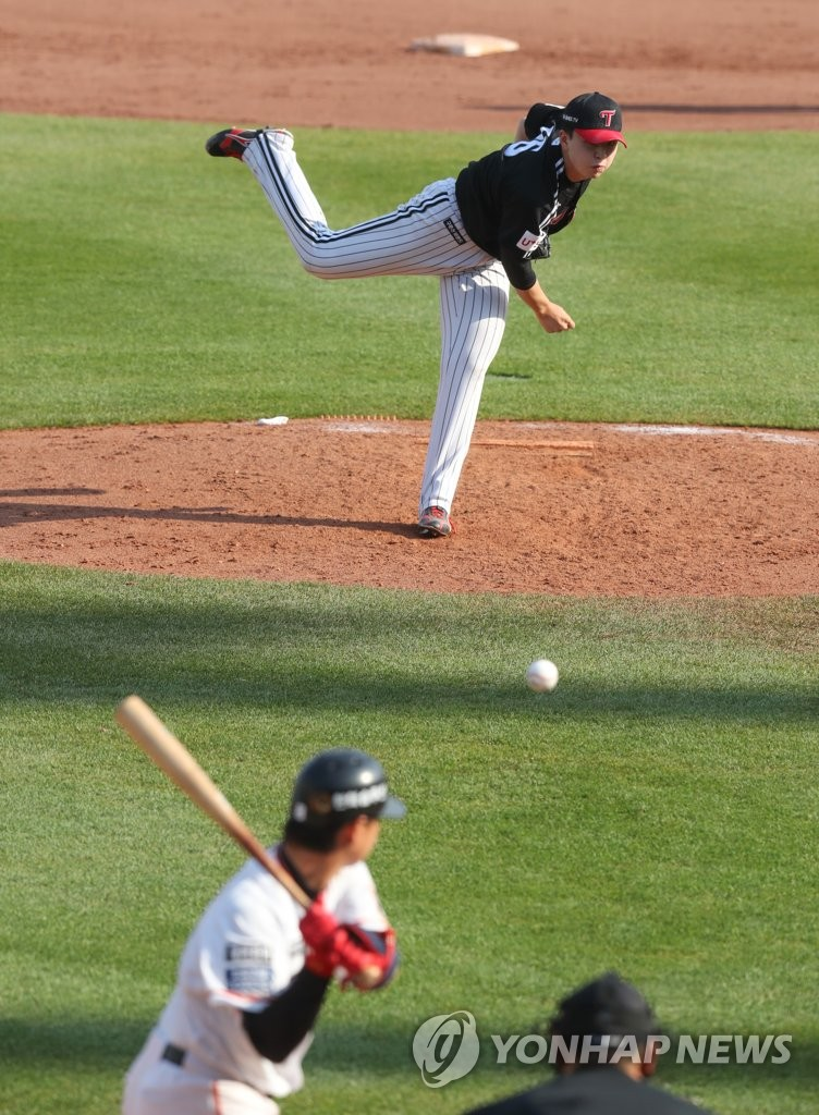In this file photo from April 29, 2020, Lee Min-ho of the LG Twins (top) pitches against the Hanwha Eagles during a Korea Baseball Organization preseason game at Hanwha Life Eagles Park in Daejeon, 160 kilometers south of Seoul. (Yonhap)