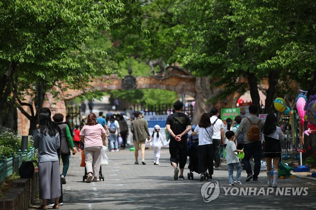 This photo, taken on May 3, 2020, shows citizens at a zoo inside Children's Grand Park in Seoul. (Yonhap)