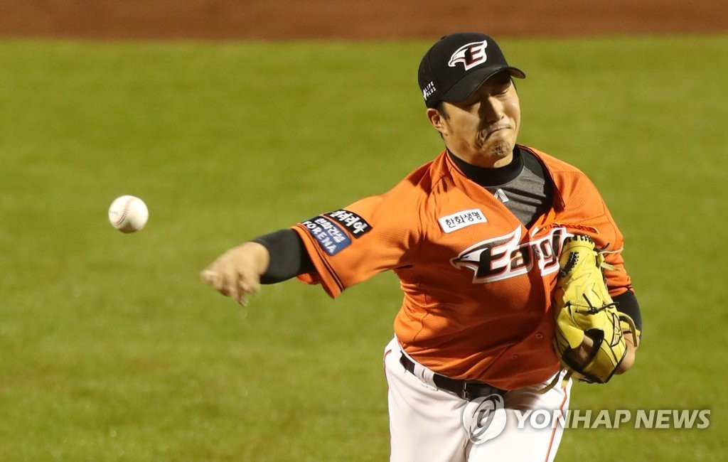In this file photo from May 15, 2020, Shin Jung-rak of the Hanwha Eagles pitches against the Lotte Giants in a Korea Baseball Organization regular season game at Hanwha Life Eagles Park in Daejeon, 160 kilometers south of Seoul. (Yonhap)