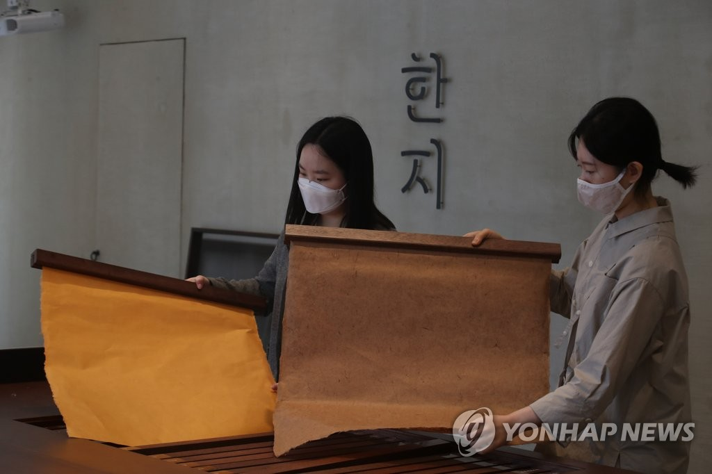 Visitors at the opening of the Hanji Culture and Industry Center in central Seoul examine different hanji products on display on May 20, 2020. (Yonhap)