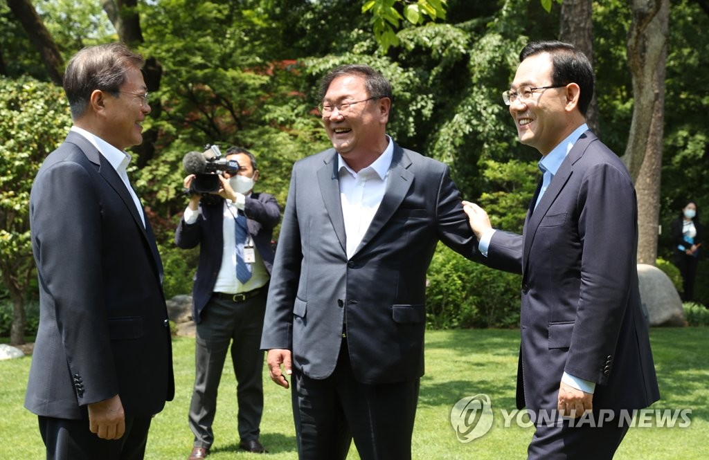 President Moon Jae-in (L) talks with Kim Tae-nyeon (R), floor leader of the ruling Democratic Party, and Kim's counterpart from the main opposition United Future Party, Joo Ho-young, at Cheong Wa Dae in Seoul on May 28, 2020. (Yonhap)