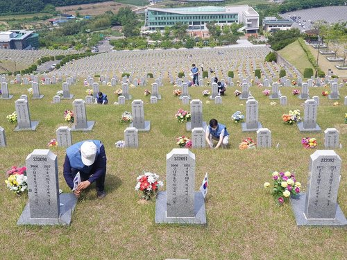 POSCO workers at national cemetery