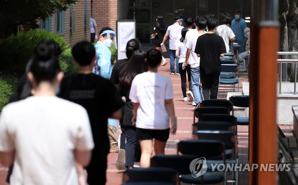 Students at Wonmook High School in Seoul's northeastern ward of Jungnang line up to get tested for the new coronavirus on June 8, 2020, as one of its students tested positive. (Yonhap)