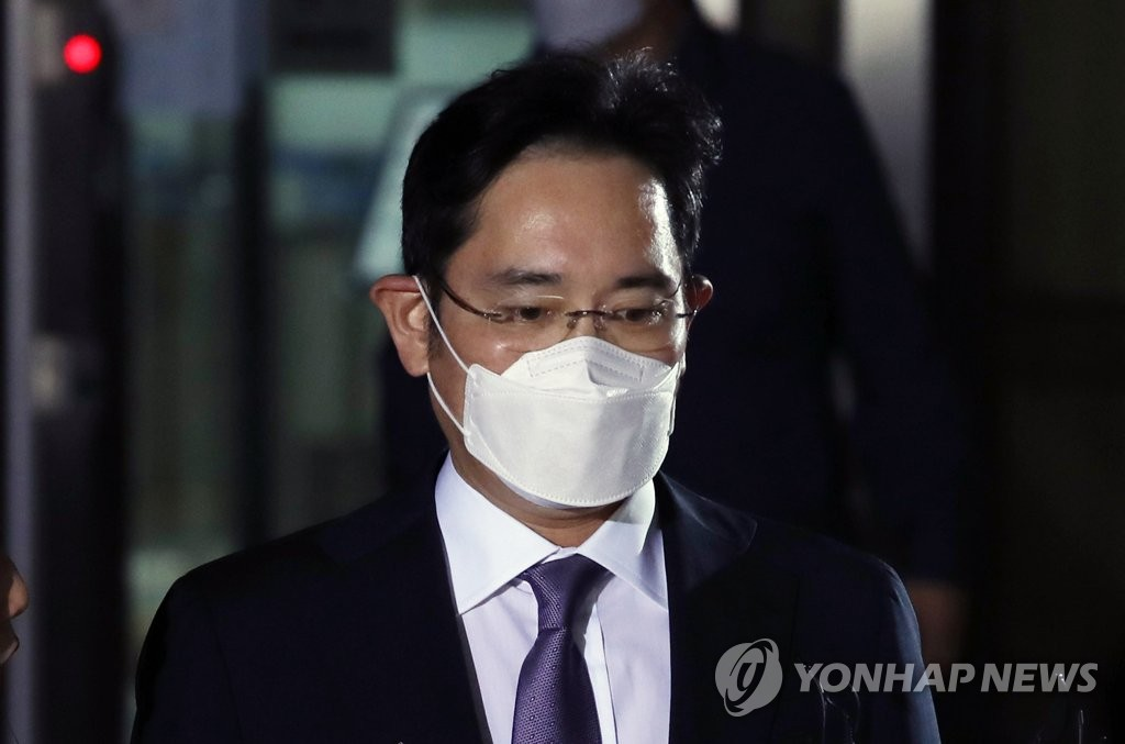 This file photo, taken on June 8, 2020, shows Samsung Electronics Vice Chairman Lee Jae-yong leaving the Seoul Central District Court after attending a hearing on his arrest warrant. (Yonhap)