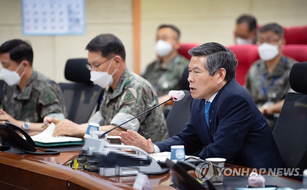 Defense Minister Jeong Kyeong-doo (R) speaks during a visit to the Army's Second Operations Command in the southeastern city of Daegu on June 11, 2020, in this photo provided by his office. (PHOTO NOT FOR SALE) (Yonhap)