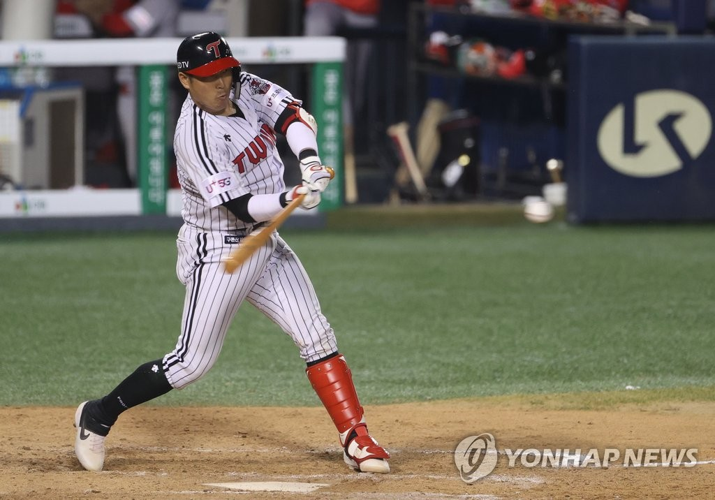 Lee Sung-woo of the LG Twins hits a solo home run against the SK Wyverns in the second game of their Korea Baseball Organization regular season double header at Jamsil Baseball Stadium in Seoul on June 11, 2020. (Yonhap)