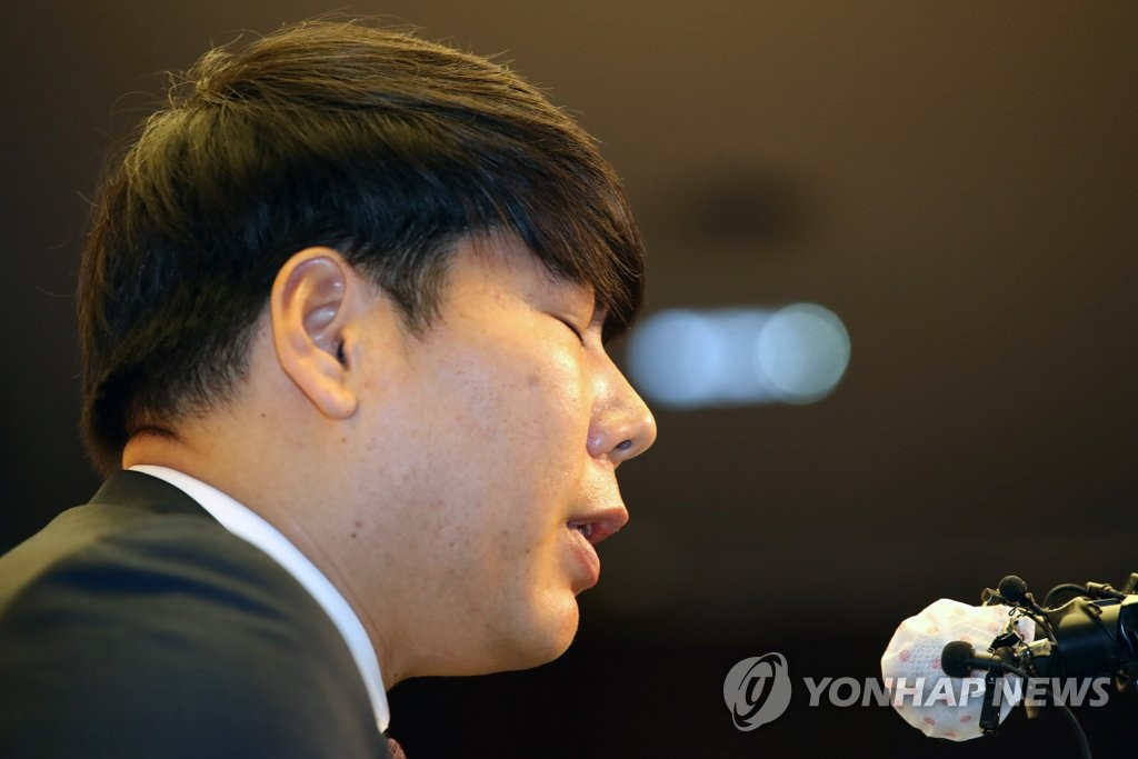Former major league player Kang Jung-ho speaks at a press conference at a Seoul hotel on June 23, 2020, as he apologizes for his past drunk driving cases in a bid to return to the Korea Baseball Organization. (Yonhap)