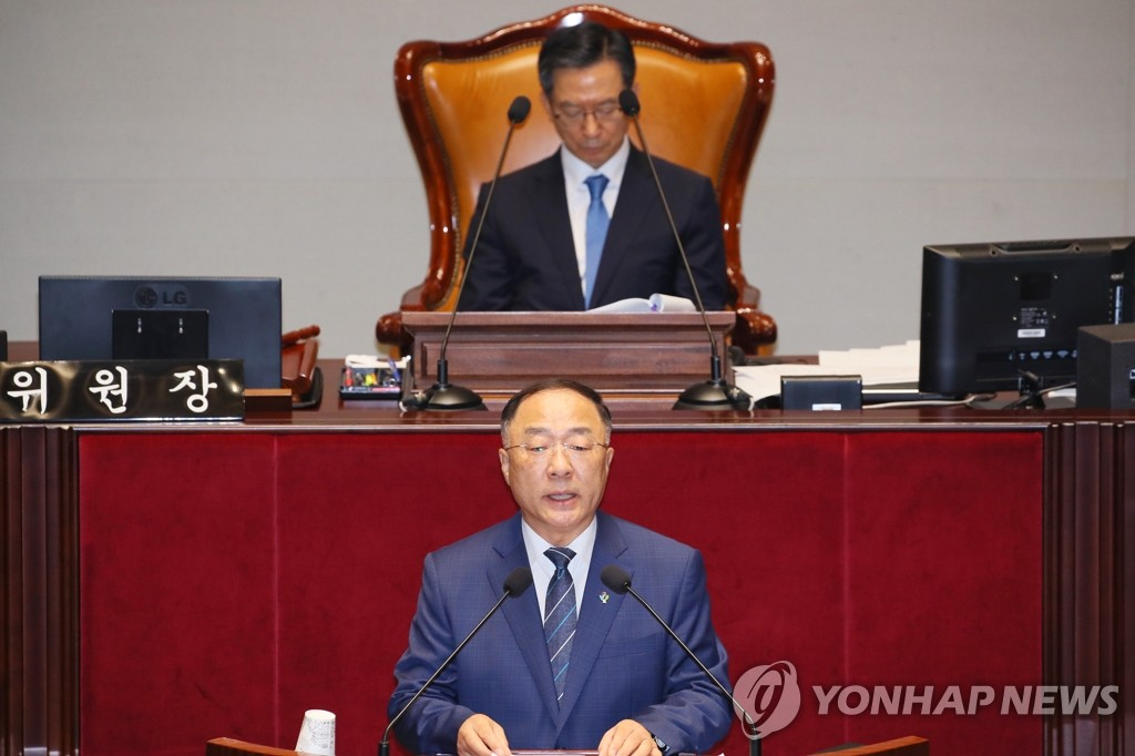Finance Minister Hong Nam-ki speaks at a National Assembly session on June 30, 2020. (Yonhap)