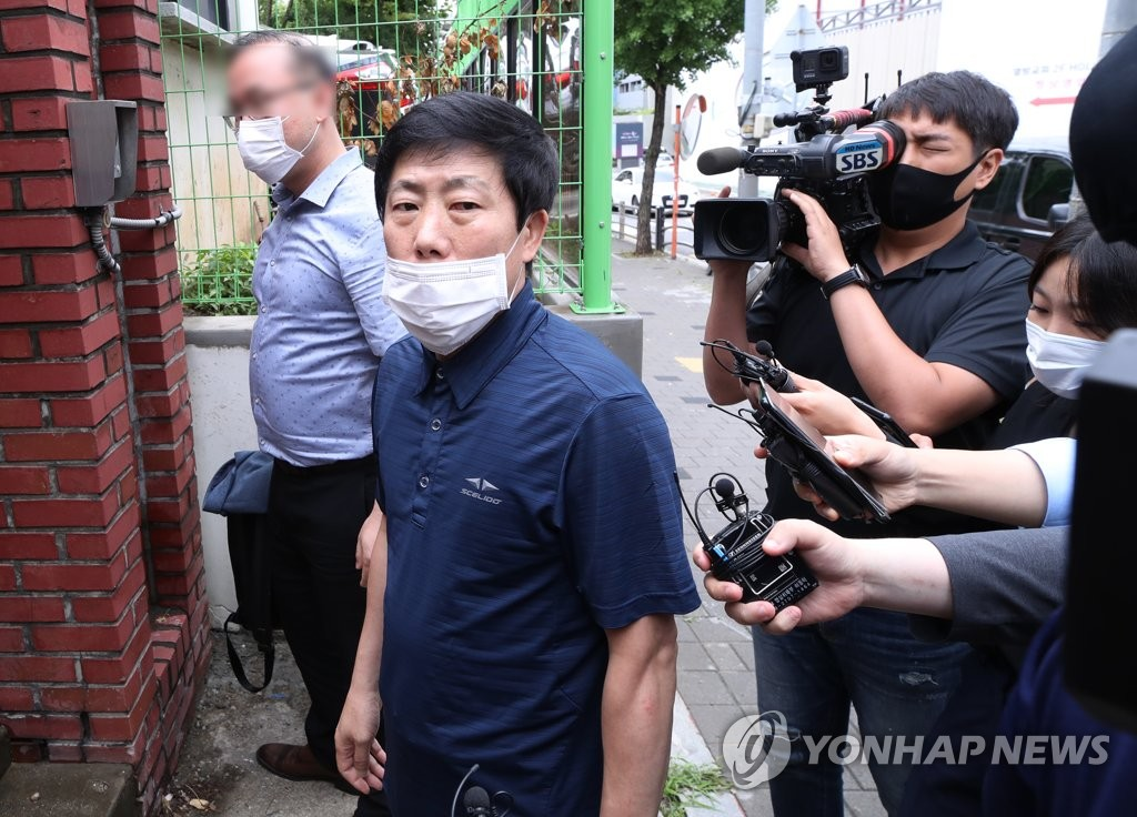Park Sang-hak, a North Korean defector who leads Fighters for a Free North Korea, enters a police building annex in the western Seoul ward of Yangcheon for questioning on June 30, 2020. (Yonhap)