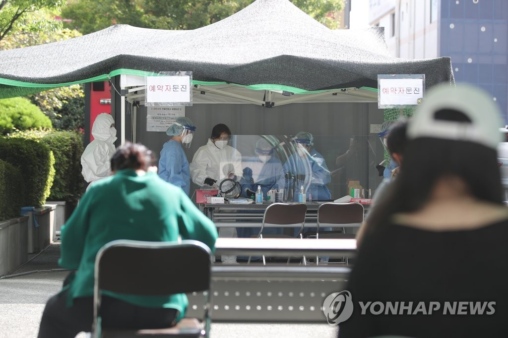 Citizens wait to receive new coronavirus tests at a makeshift clinic in Gwangju, 330 kilometers south of Seoul, on July 8, 2020. (Yonhap)