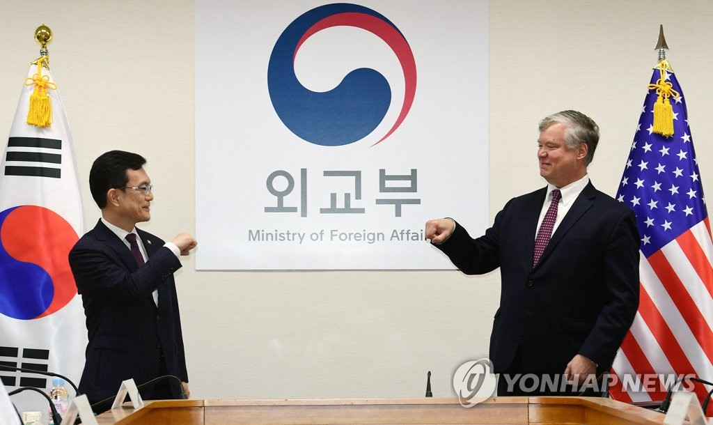 First Vice Foreign Minister Cho Sei-young (L) and his U.S. counterpart, Stephen Biegun, greet each other before their talks at the foreign ministry in Seoul on July 8, 2020. (Pool photo) (Yonhap)