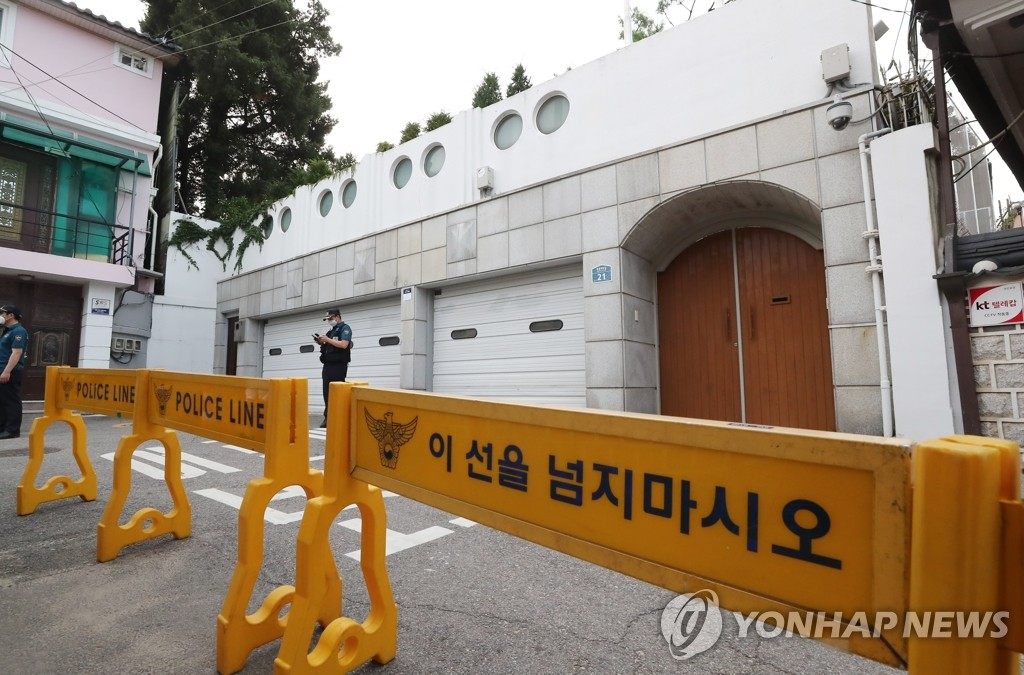A police barricade is set up around the Seoul mayor's official residence in the central Seoul ward of Jongno on July 9, 2020. (Yonhap)