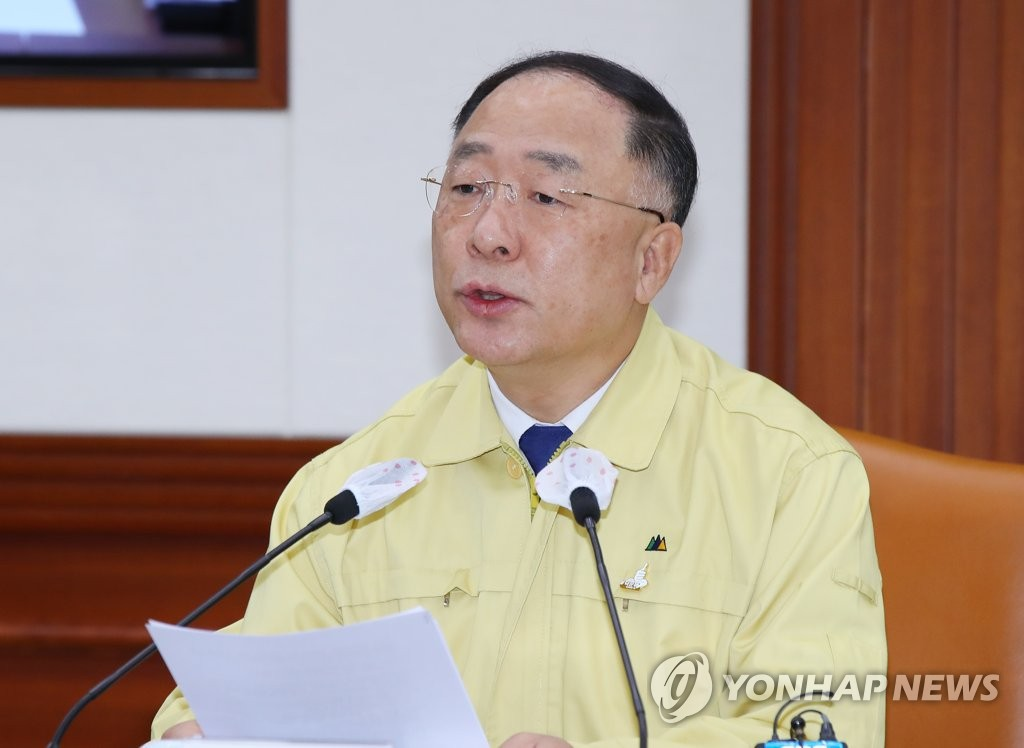 Finance Minister Hong Nam-ki speaks at a meeting with economy-related ministers on July 10, 2020. (Yonhap)