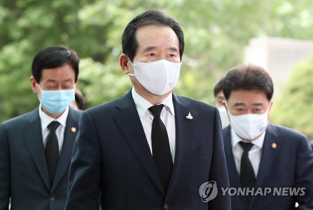 Prime Minister Chung Sye-kyun (C) visits Seoul National University Hospital in the capital city on July 10, 2020, to pay tribute to Seoul Mayor Park Won-soon, who was found dead in an apparent suicide earlier in the day. (Yonhap)