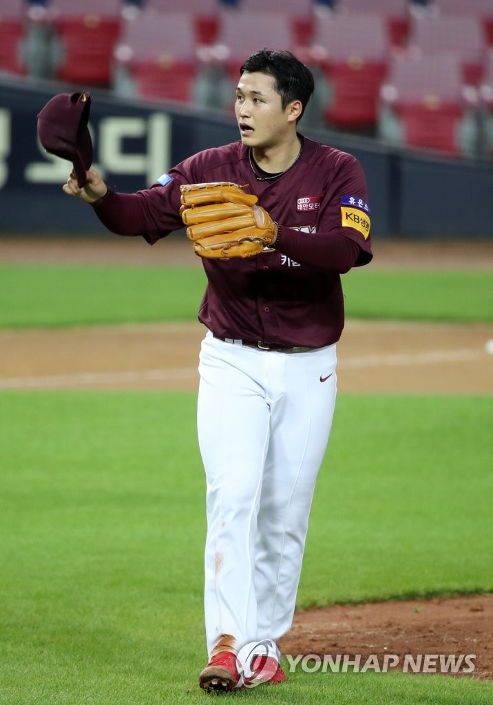 In this file photo from July 10, 2020, Choi Won-tae of the Kiwoom Heroes takes off his cap to apologize to Na Ji-wan of the Kia Tigers after hitting Na with a pitch during their Korea Baseball Organization regular season game at Gwangju-Kia Champions Field in Gwangju, 330 kilometers south of Seoul. (Yonhap)