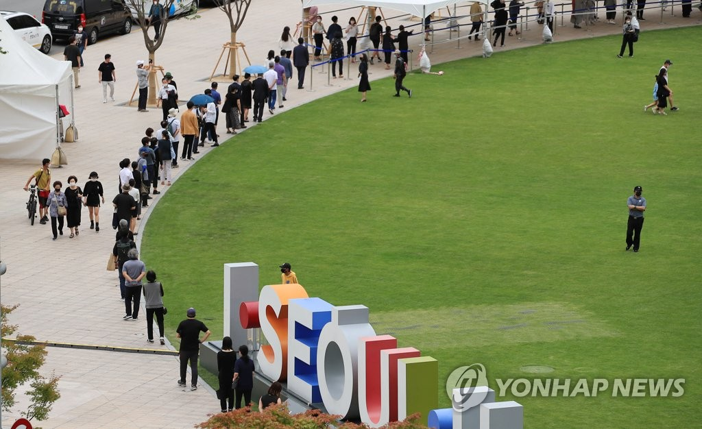 People line up to pay respects to late Seoul Mayor Park Won-soon