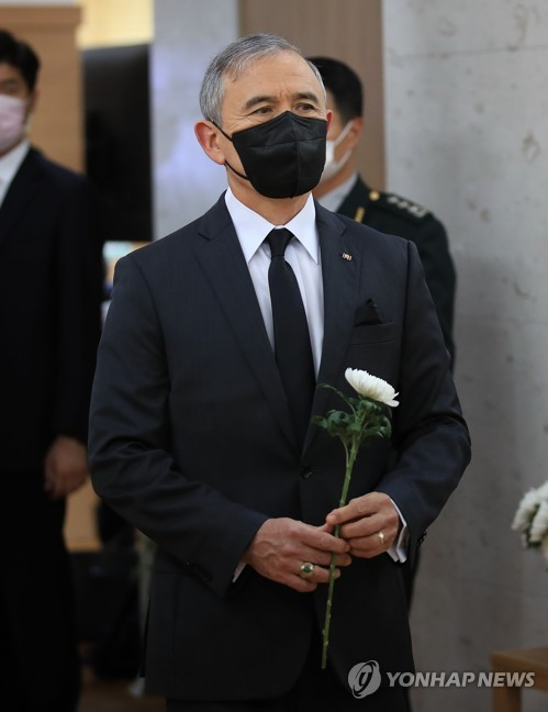 U.S. ambassador offers flower to late Korean War hero Paik