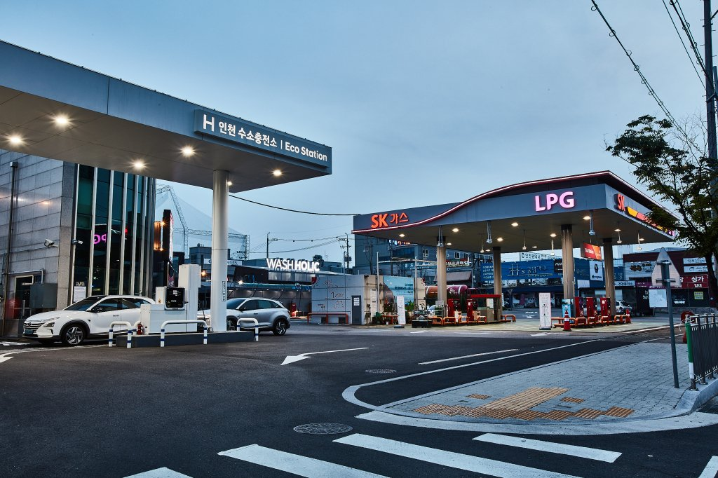 SK Gas Co.'s hydrogen fueling station in Incheon, west of Seoul, is seen in this photo provided by SK's gas subsidiary on July 16, 2020. (PHOTO NOT FOR SALE) (Yonhap)