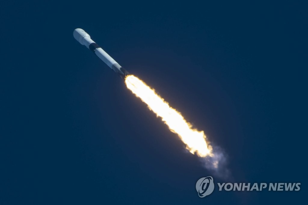 A Falcon 9 Block 5 rocket carrying the Anasis-II satellite, South Korea's first military communications satellite, lifts off from the Kennedy Space Center in Florida on July 20, 2020, in this photo released by the Defense Acquisition Program Administration. (PHOTO NOT FOR SALE) (Yonhap)