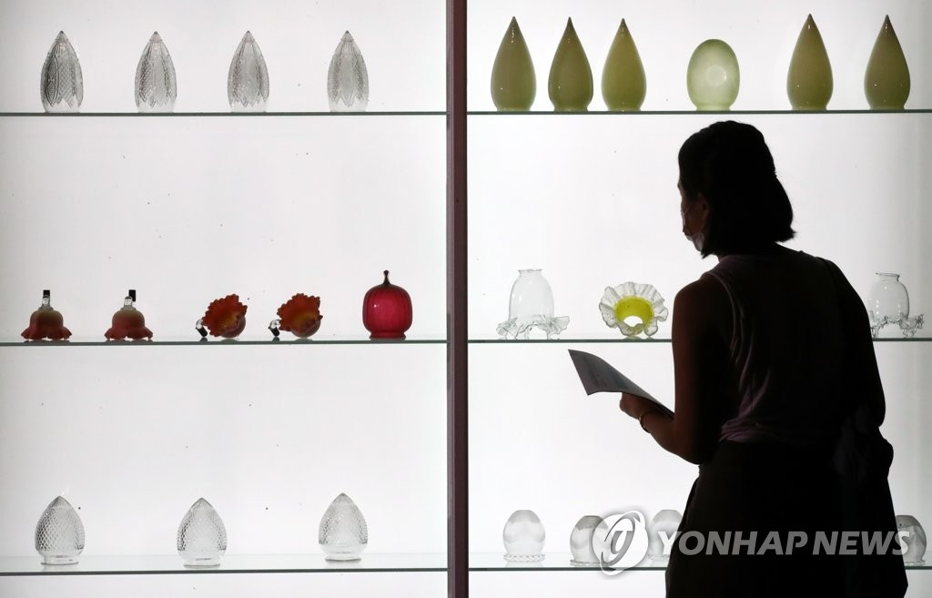 Various electric glass lanterns that decorated both indoors and outdoors of the Joseon royal court in the late 19th century are seen displayed at the National Palace Museum of Korea in Seoul on July 28, 2020, at the museum's exhibition on ceramics previously owned by the Joseon royal court. (Yonhap)