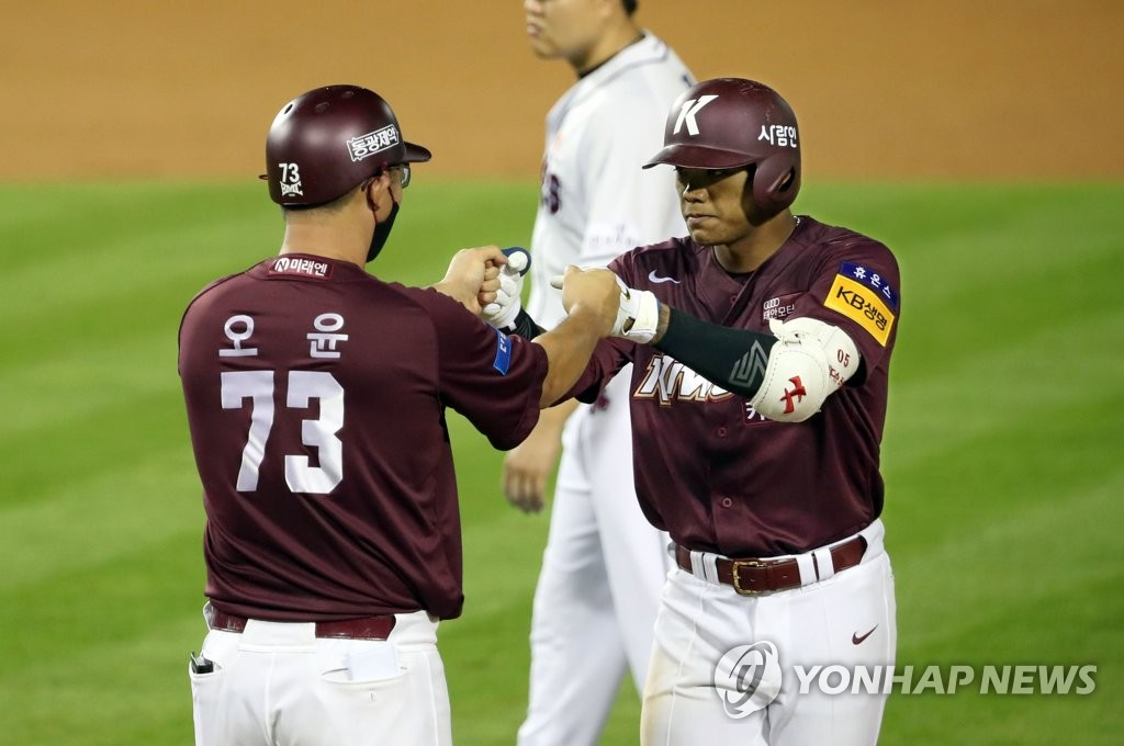 Addison Russell of the Kiwoom Heroes (R) celebrates his two-run single against the Doosan Bears with his first base coach Oh Yoon in the top of the ninth inning of their Korea Baseball Organization regular season game at Jamsil Baseball Stadium in Seoul on July 28, 2020. (Yonhap)