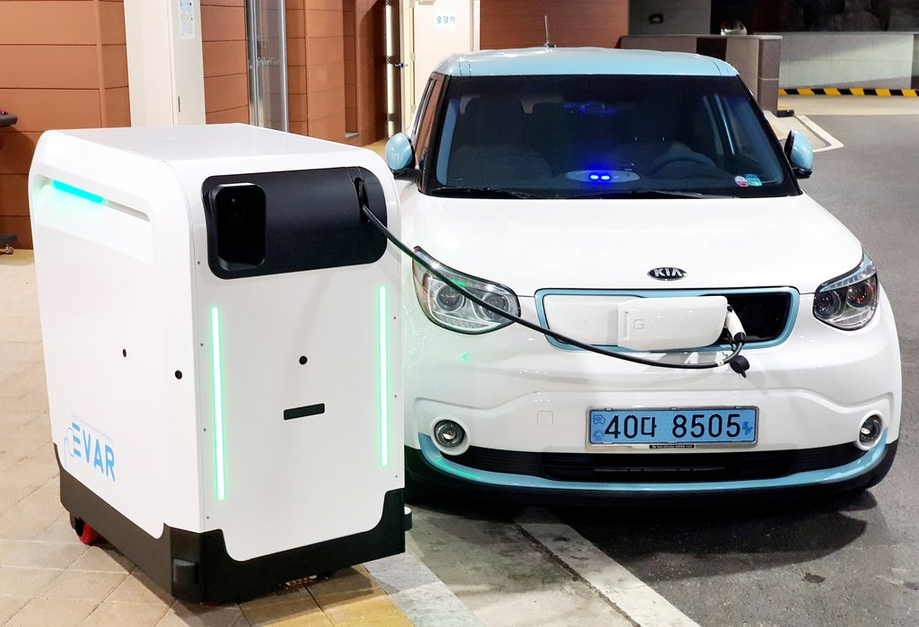 An electric car is being charged at a mobile station on the southern resort island of Jeju on July 29, 2020, in this photo provided by the Ministry of SMEs and Startups. (PHOTO NOT FOR SALE) (Yonhap)