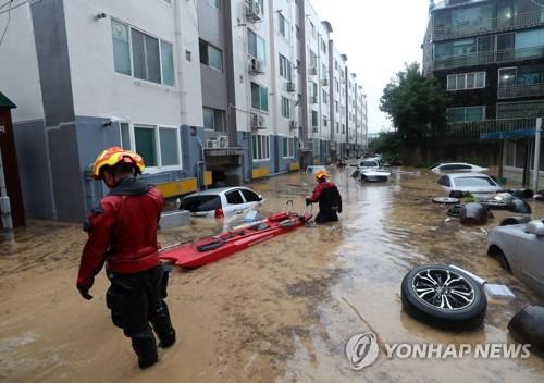 물에 잠긴 아파트 주차장