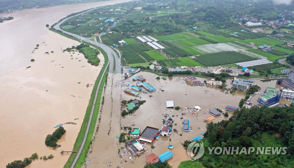 A village in Hadong, South Gyeongsang Province, is submerged by overflow from the Seomjin River on Aug. 8, 2020, due to two days of torrential rain. (Yonhap)