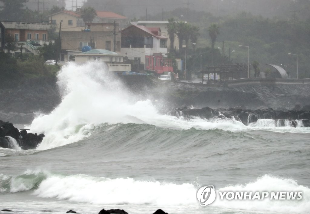 High waves are seen at a beach in Seogwipo on the southern resort island of Jeju on Aug. 10, 2020, as typhoon Jangmi moved closer to the country. (Yonhap)