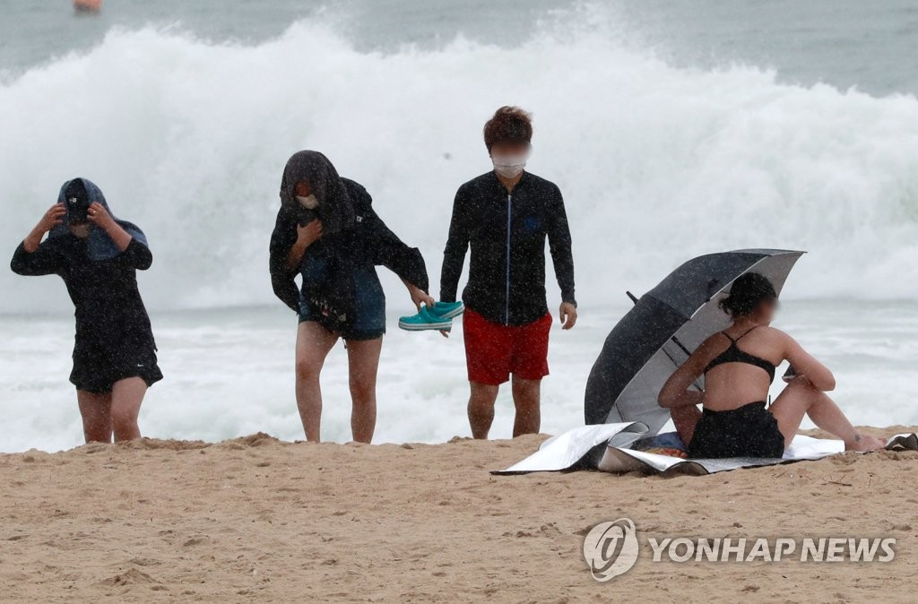 High waves are seen at Haeundae Beach in the southeastern port city of Busan on Aug. 10, 2020, as Typhoon Jangmi moved northward. (Yonhap)