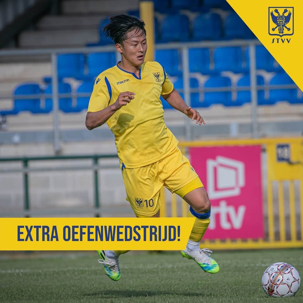 This photo captured from the Twitter page of the Belgian football club Sint-Truiden shows their South Korean player Lee Seung-woo in action on Aug. 24, 2020. (PHOTO NOT FOR SALE) (Yonhap)