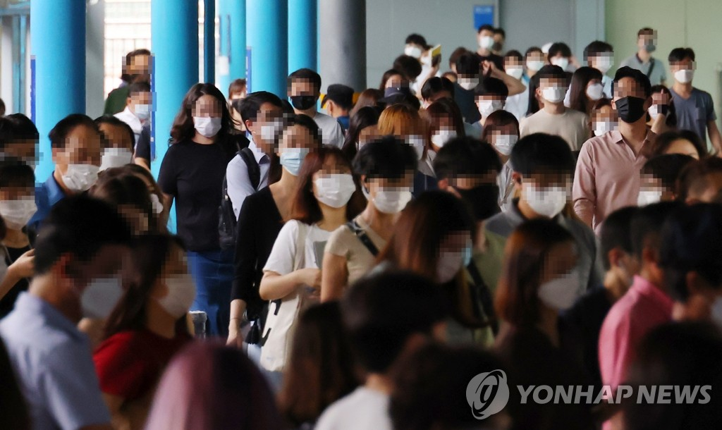 People wearing face masks walk to take the subway at Sindorim Station in Seoul on Aug. 31, 2020. (Yonhap)