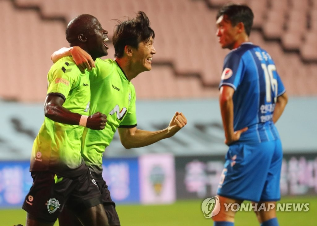 Mo Barrow (L) and Han Kyo-won of Jeonbuk Hyundai Motors celebrate Han's goal against Ulsan Hyundai FC during a K League 1 match at Jeonju World Cup Stadium in Jeonju, 240 kilometers south of Seoul, on Sept. 15, 2020. (Yonhap)