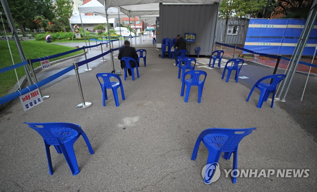 Only a couple people wait to receive a coronavirus test at a makeshift clinic of a public health facility in Seoul on Sept. 16, 2020. South Korea's new virus cases stayed below 200 for the 14th consecutive day the same day, but a marked slowdown still appeared to be some way off as local infections rebounded to triple-digit figures amid no letup in cluster infections and untraceable cases. (Yonhap)