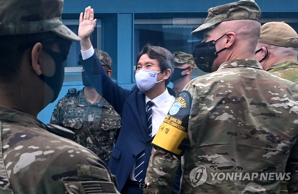 Unification Minister Lee In-young waves toward North Korean soldiers during a visit to the inter-Korean truce village of Panmunjom in Paju, north of Seoul, on Sept. 16, 2020. (Pool photo) (Yonhap)