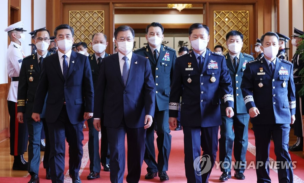 President Moon Jae-in (4th from L) walks toward a Cheong Wa Dae room along with Defense Minister Suh Wook (2nd from L) and newly promoted top military generals following an appointment ceremony at the presidential compound in Seoul on Sept. 23, 2020. (Yonhap)