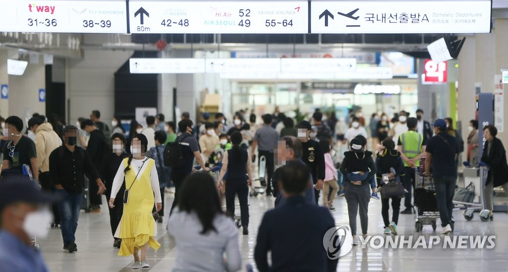 The domestic departure terminal of Jeju International Airport is crowded with travelers on Oct. 2, 2020. (Yonhap)
