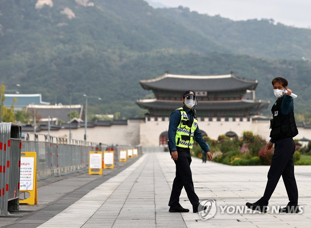 Police officers patrol Gwanghwamun Square in downtown Seoul on Oct. 2, 2020, a day before a planned drive-thru demonstration by conservative groups. (Yonhap)