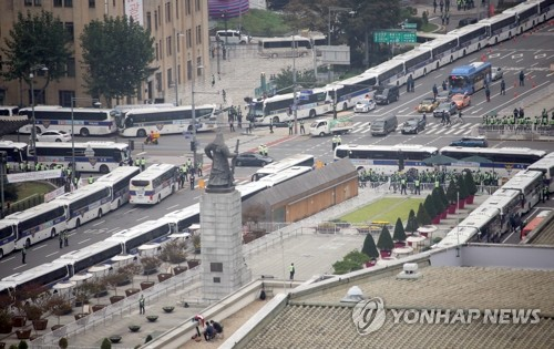 (4th LD) Conservatives stage 'drive-thru' rallies in Seoul on nat'l holiday amid virus fears