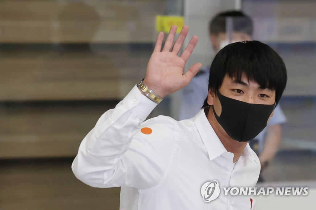 The St. Louis Cardinals' pitcher Kim Kwang-hyun waves to the crowd gathered at Incheon International Airport in Incheon, just west of Seoul, after arriving back from the United States on Oct. 7, 2020. (Yonhap)