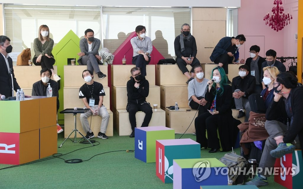 In this photo taken on Oct. 8, 2020, a participant speaks at a seminar held to discuss ways to support the musical performance industry amid the coronavirus outbreak at MPMG, a performance organizer in Mapo, western Seoul. (Yonhap)